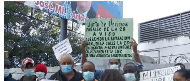 Moradores de La 28 y Los Arqueanos protestan en demanda calles sean asfaltadas