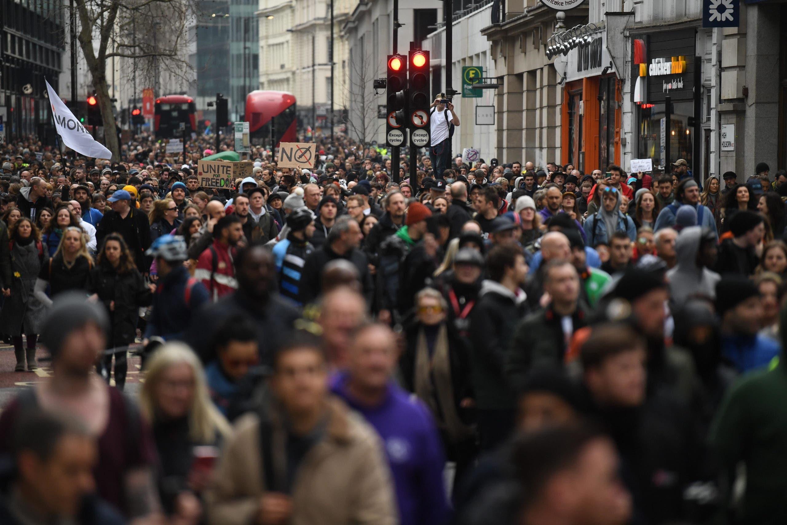 Miles de personas se manifiestan en Londres contra el confinamiento