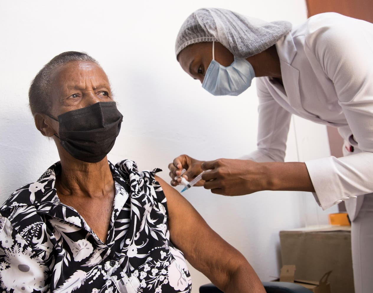 Tercera dosis de Sinovac eleva inmunidad anti-covid, según estudio preliminar