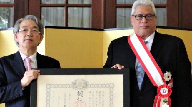 El embajador  de Japón entrega un reconocimiento