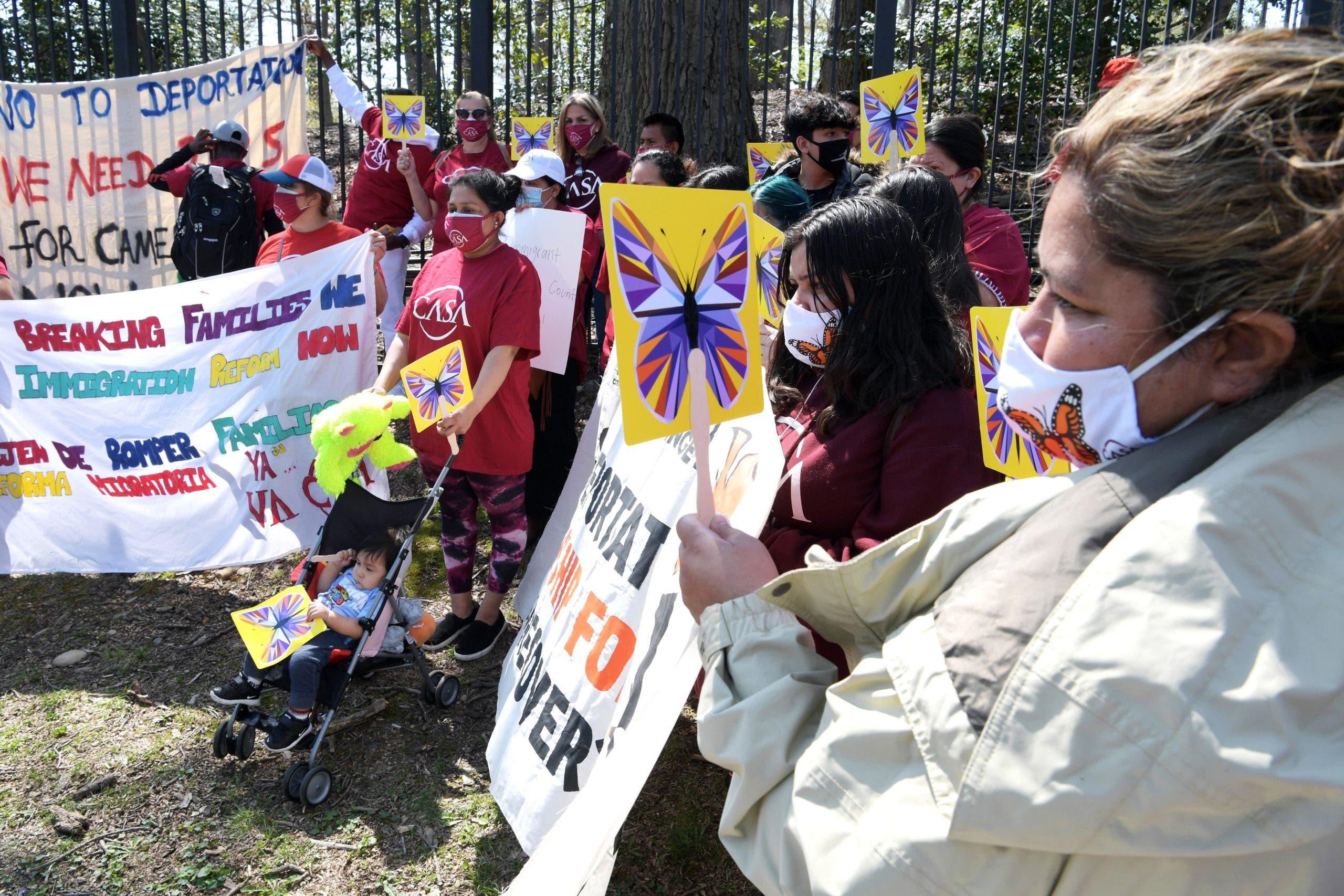 Inmigrantes se manifiestan frente a la casa de Kamala Harris para pedir ayuda