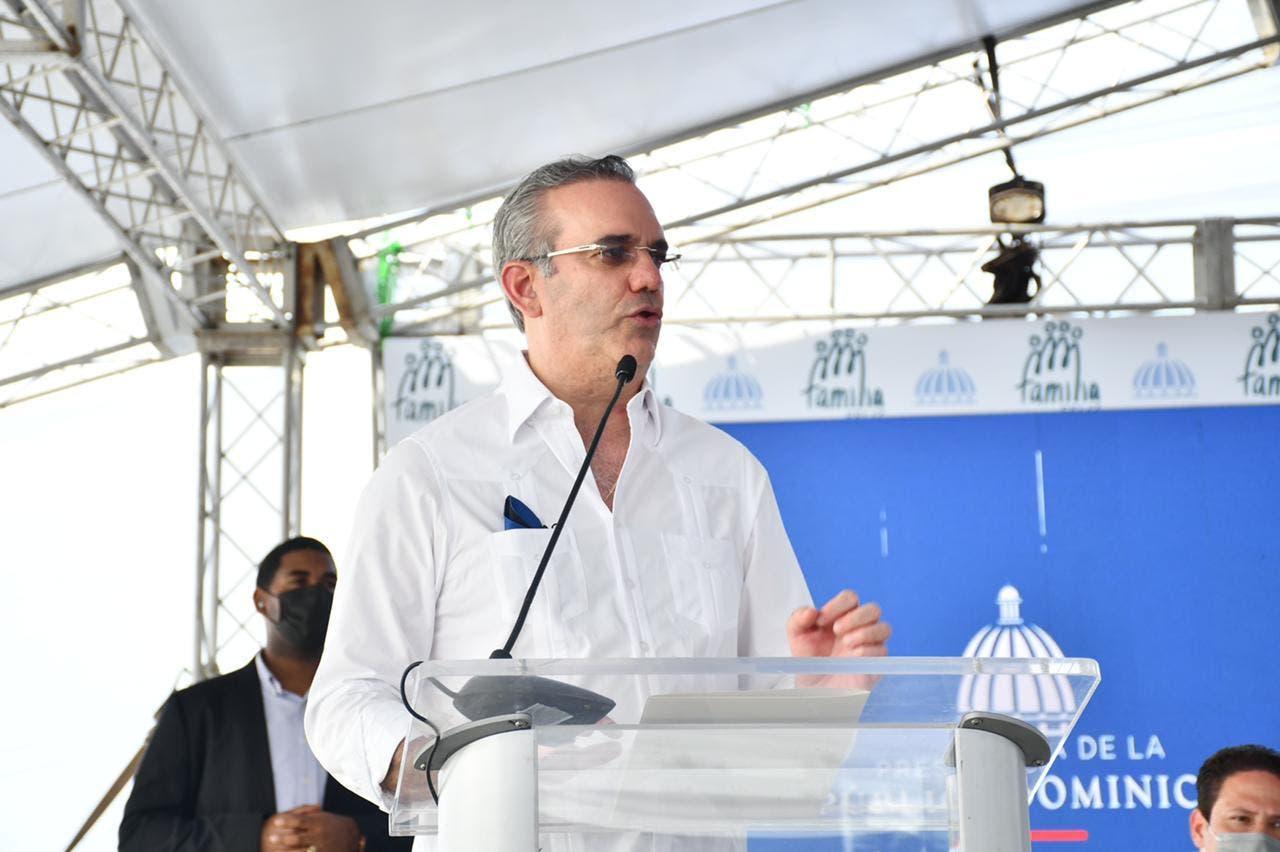 Abinader pide a población vacunarse para evitar retorno medidas restrictivas