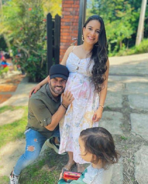 Retiran ventilación mecánica a esposa de Manny Cruz  tras presentar mejoría
