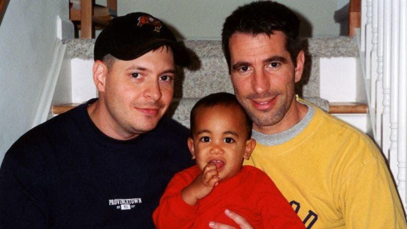 «Encontramos un bebé en el metro de Nueva York y ahora es nuestro hijo»