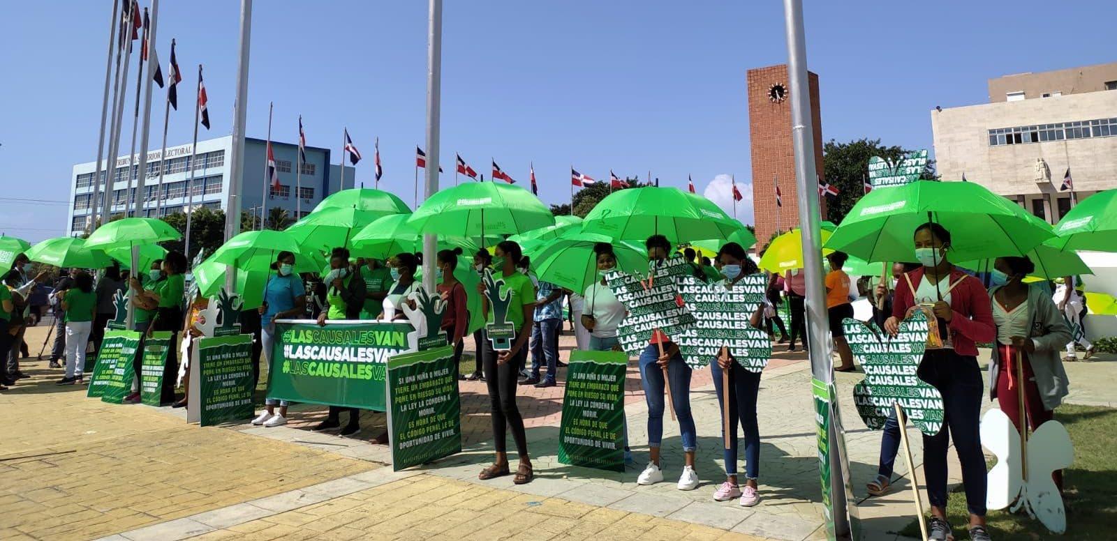 Feministas vuelven a instalarse frente al Congreso Nacional por las tres causales