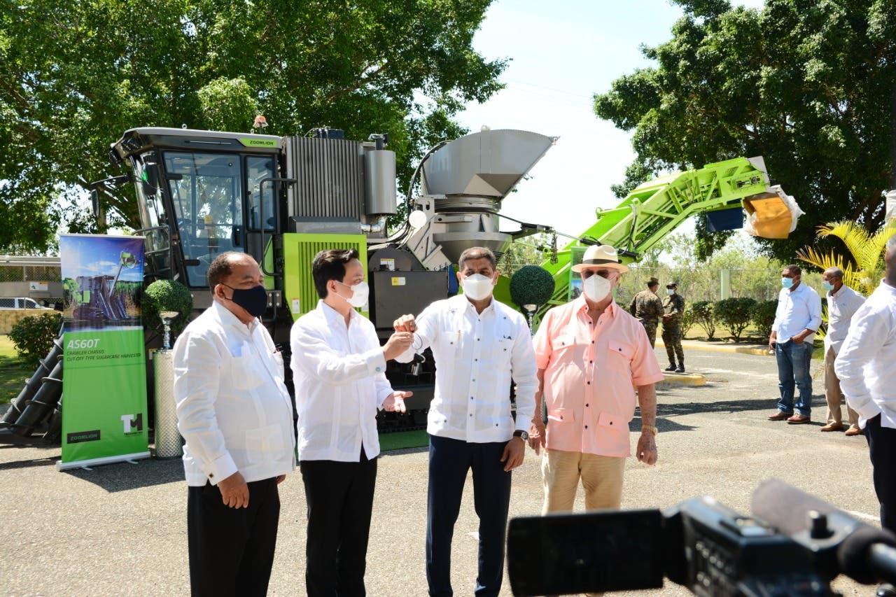Agricultura recibe cosechadora de caña donada por gobierno de la República Popular China