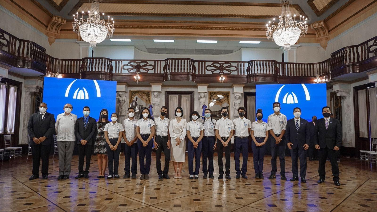 Jóvenes ganadores de premio de la Nasa serán becados por el ITLA
