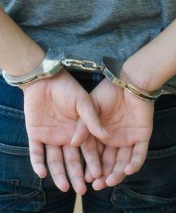 Arrestan profesor acusado agredir sexualmente tres adolescentes