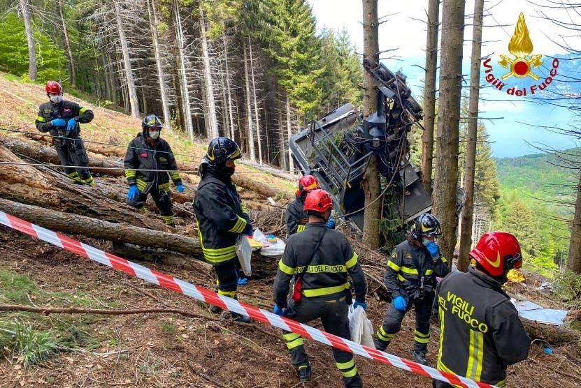 Teleférico cae en Italia; hay 14 muertos