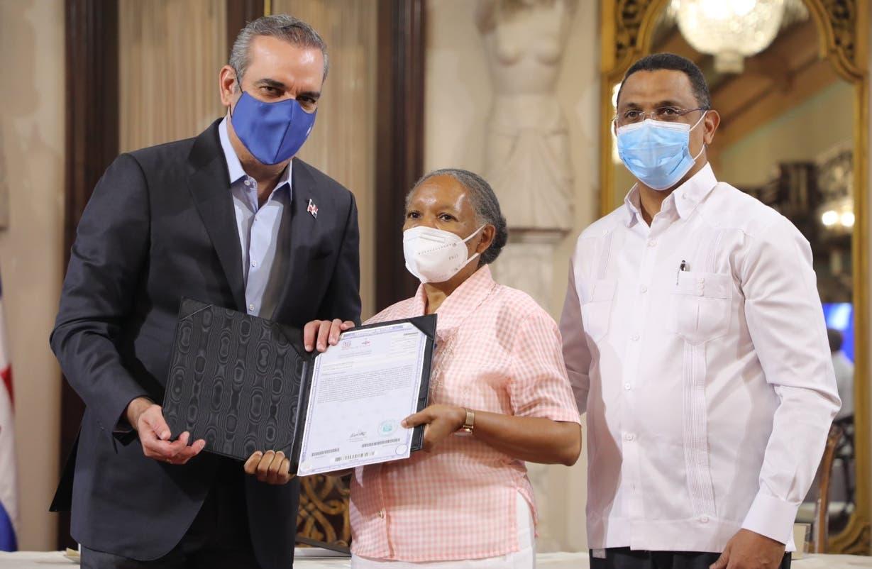 Luis Abinader entrega títulos a familias
