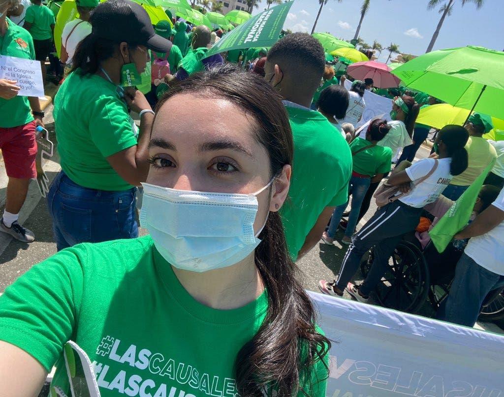 Hija menor de Abinader participa en marcha por las tres causales