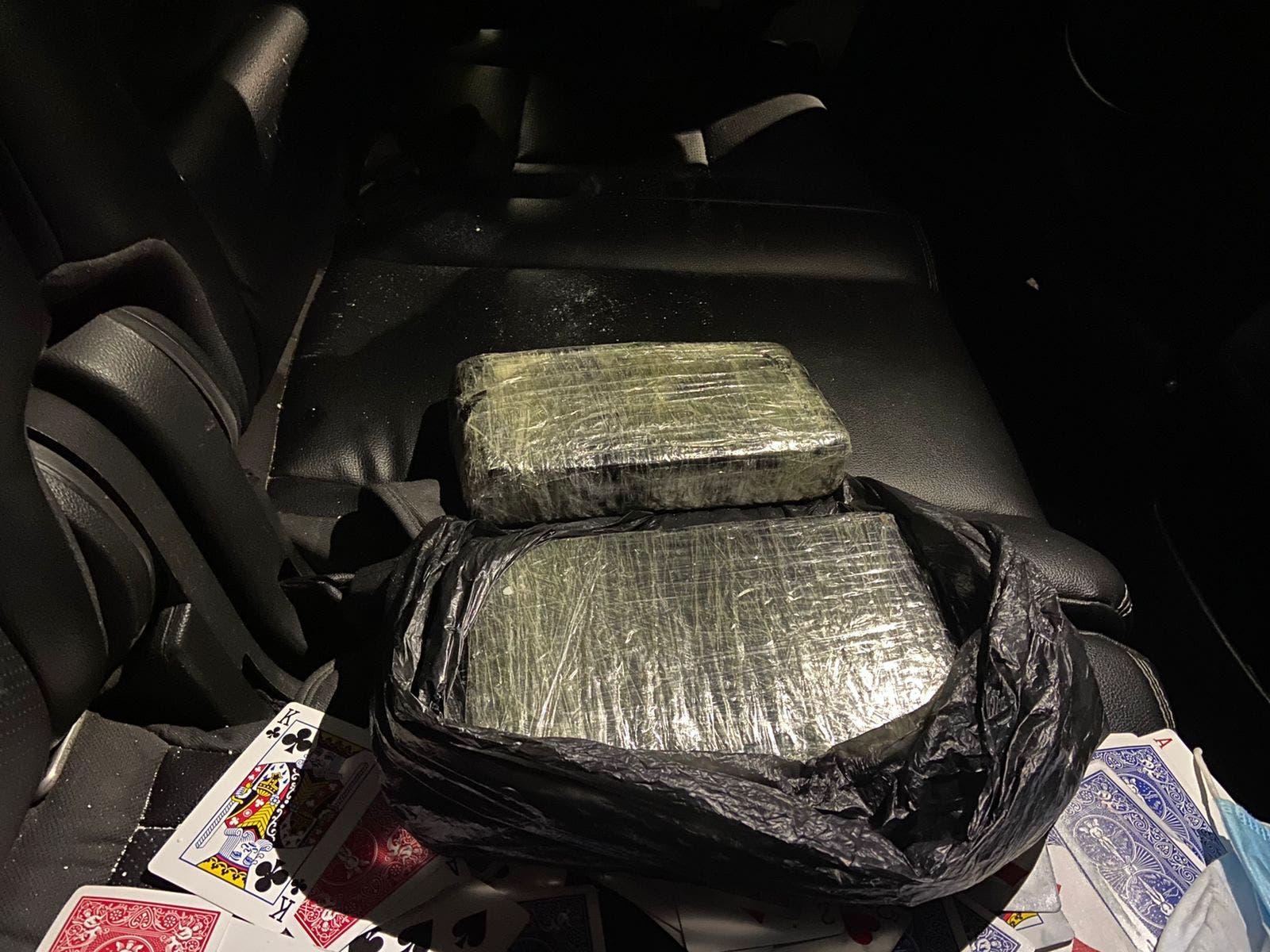 Ocupan dos kilos de cocaína en yipeta abandonada por hombre tras persecución