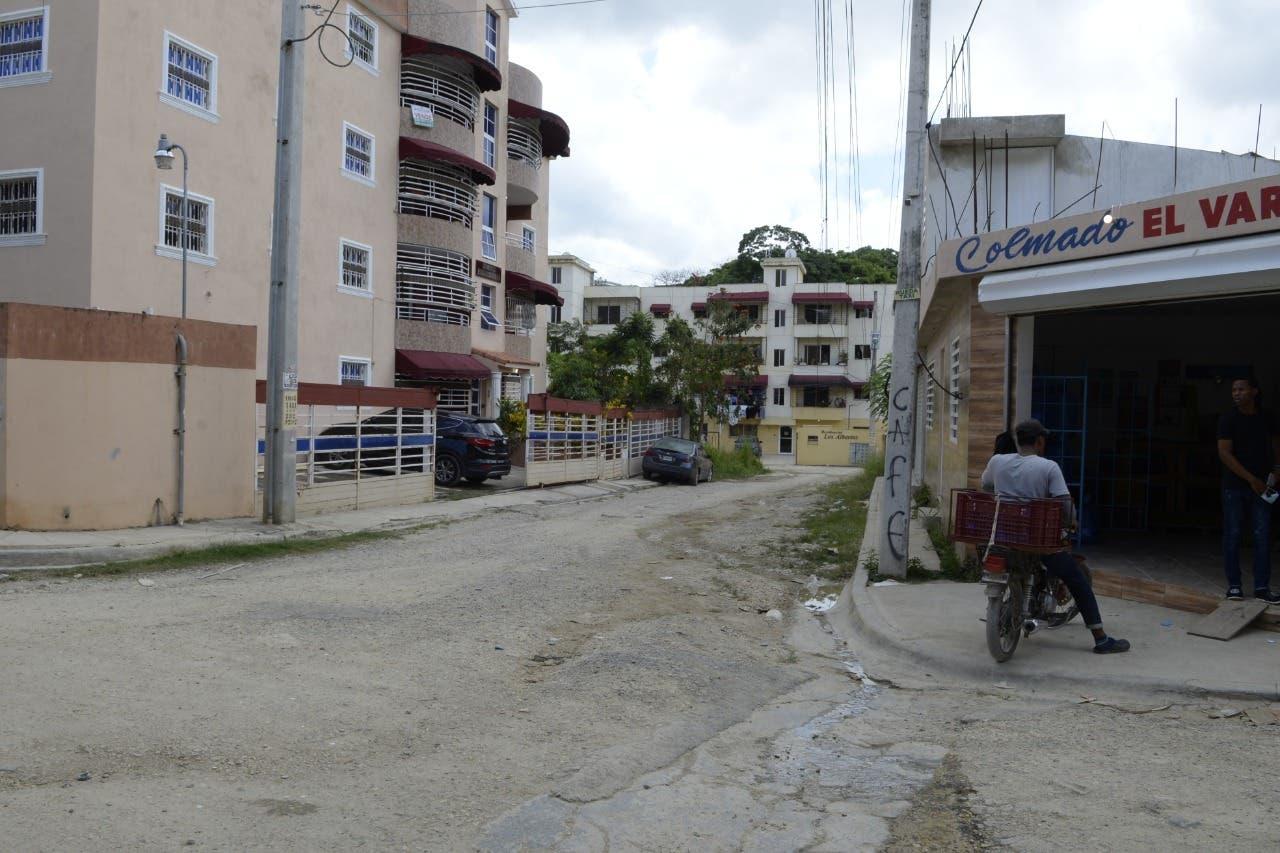 Residentes en urbanización Sarah Gabriela denuncian que tienen 21 años reclamando arreglo de calles