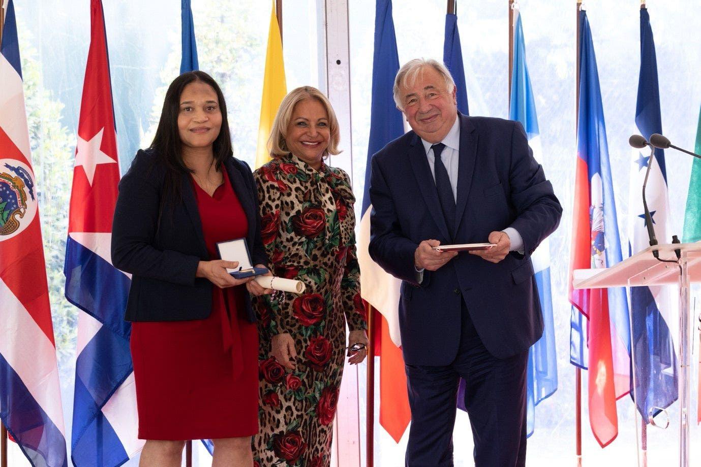 Francia otorga la Medalla del Senado a la doctora dominicana Raquel Mercedes