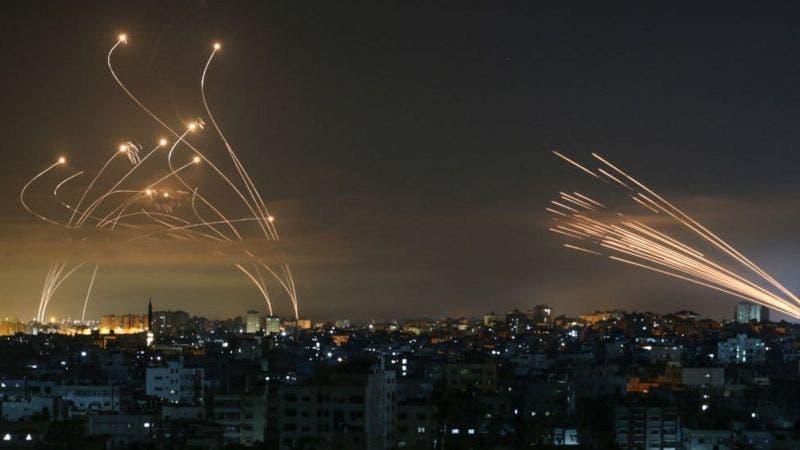 La foto que muestra la lucha entre el «domo de Hierro» de Israel y los misiles de Hamás