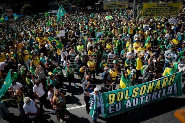 Brasileños desafían la pandemia y salen a las calles en apoyo y contra Bolsonaro