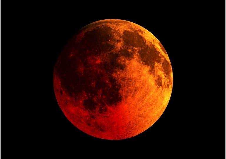 """Vuelve la """"superluna roja"""" para recordar el valor de la exploración espacial"""