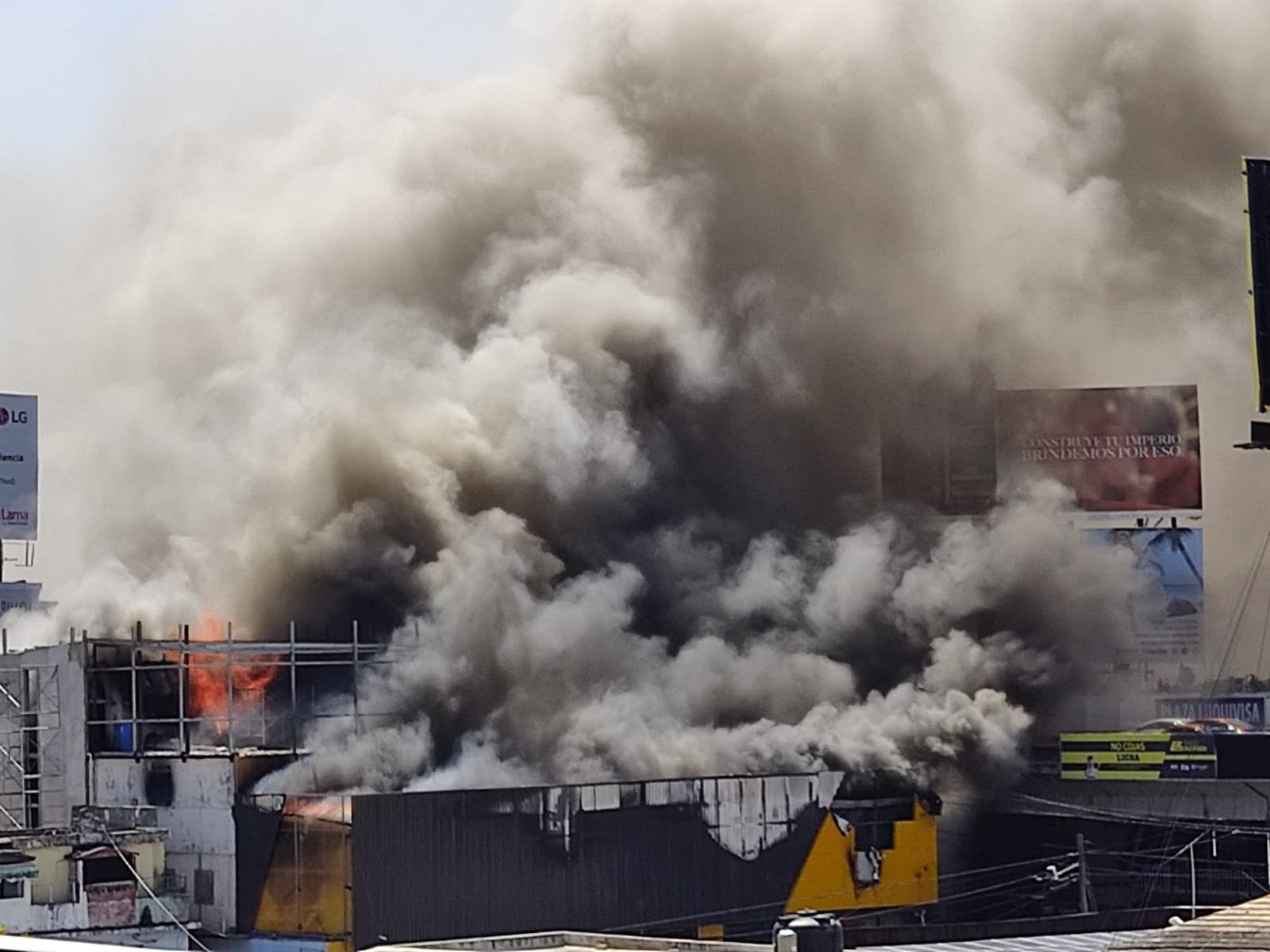Fuego consume tienda Aro y Pedal en la 27 de Febrero