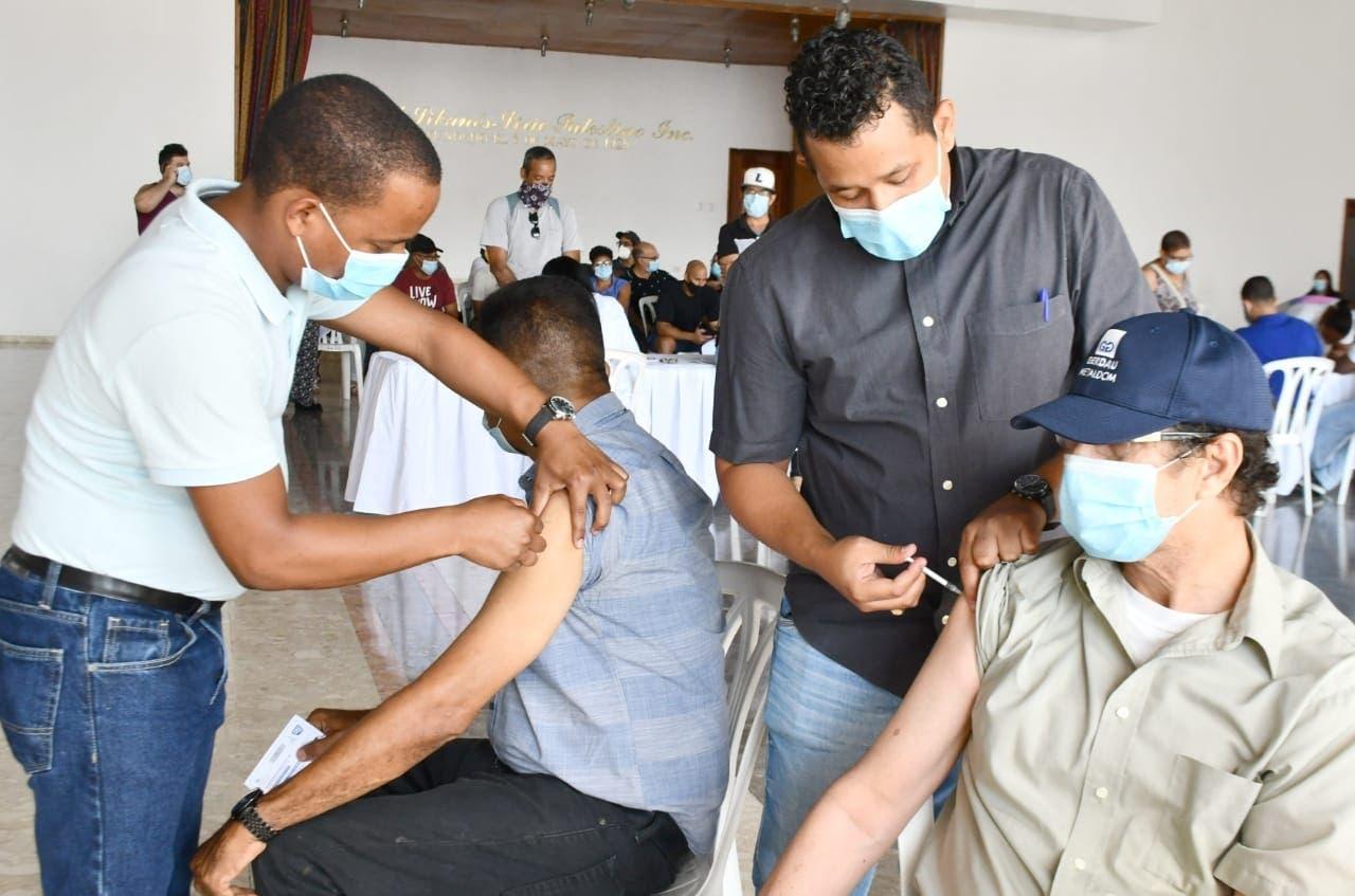 Vacunan contra Covid-19 a pacientes con la defensa afectada