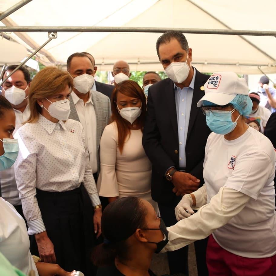 Director del SeNaSa entrega junto a vicepresidenta donaciónen San Pedro de Macorís