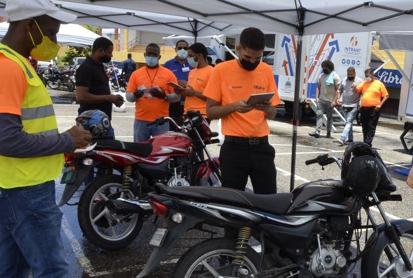 Motociclistas acuden para  proceso de regularización