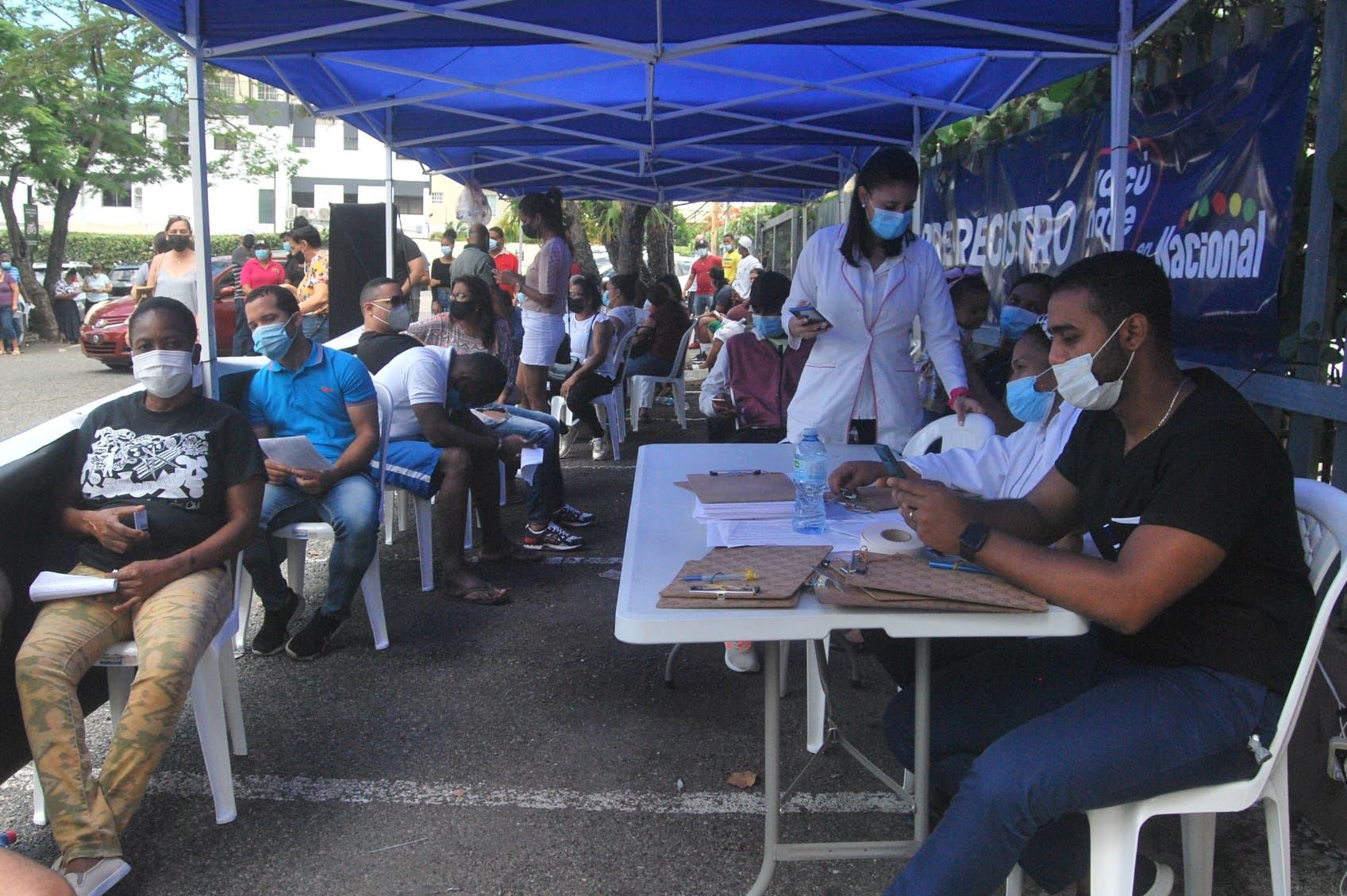 Presidente Luis Abinader llama a la población no quedarse sin vacunar