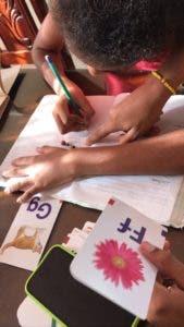 Estudiantes y la terapeuta interactúan Cortorreal