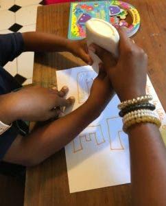 Estudiantes y la psicóloga interactúan