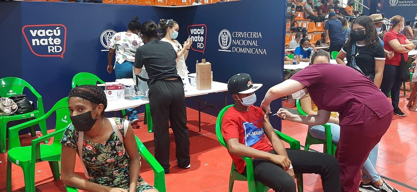 Disponen centro de vacunación solo para menores en Centro Olímpico