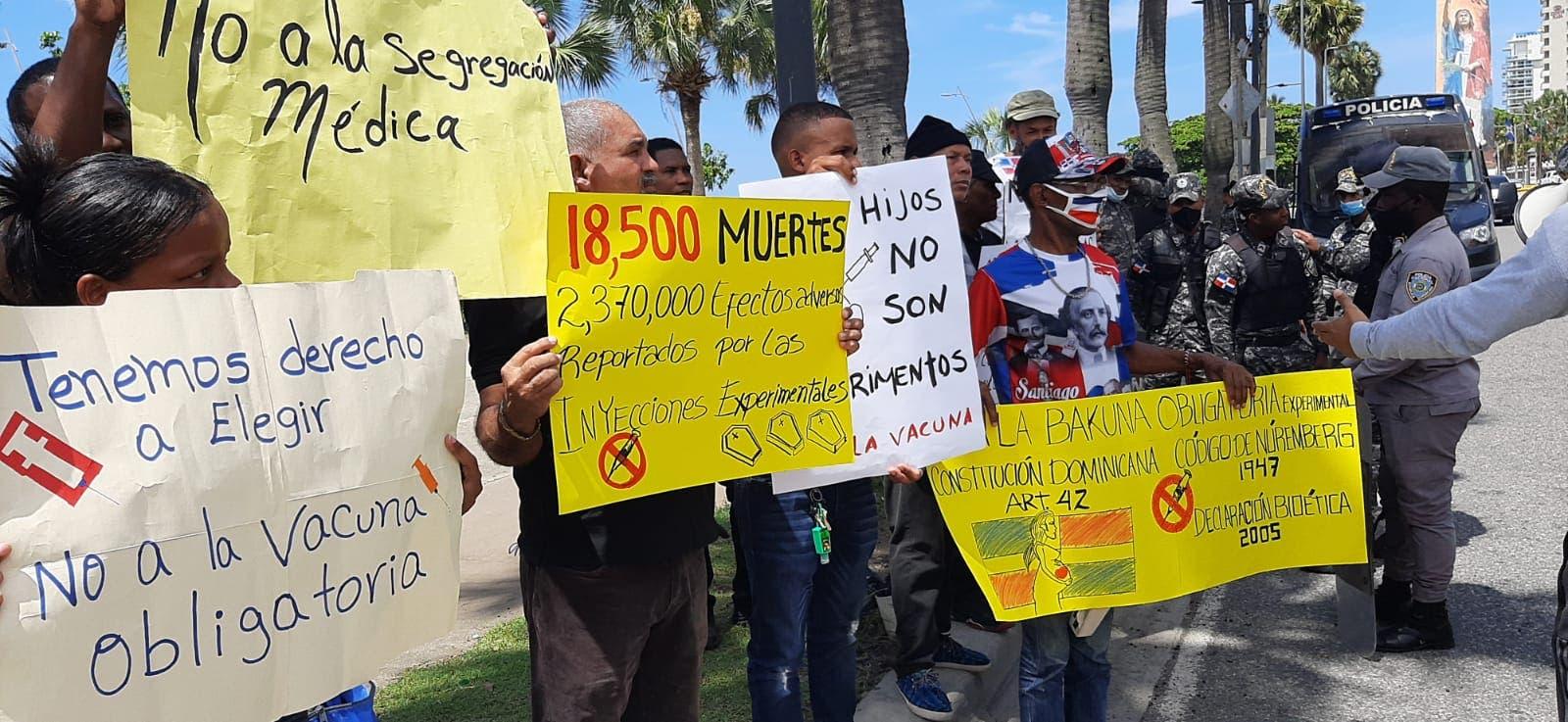 Grupo de personas se manifiestan en el Malecón contra vacunación obligatoria