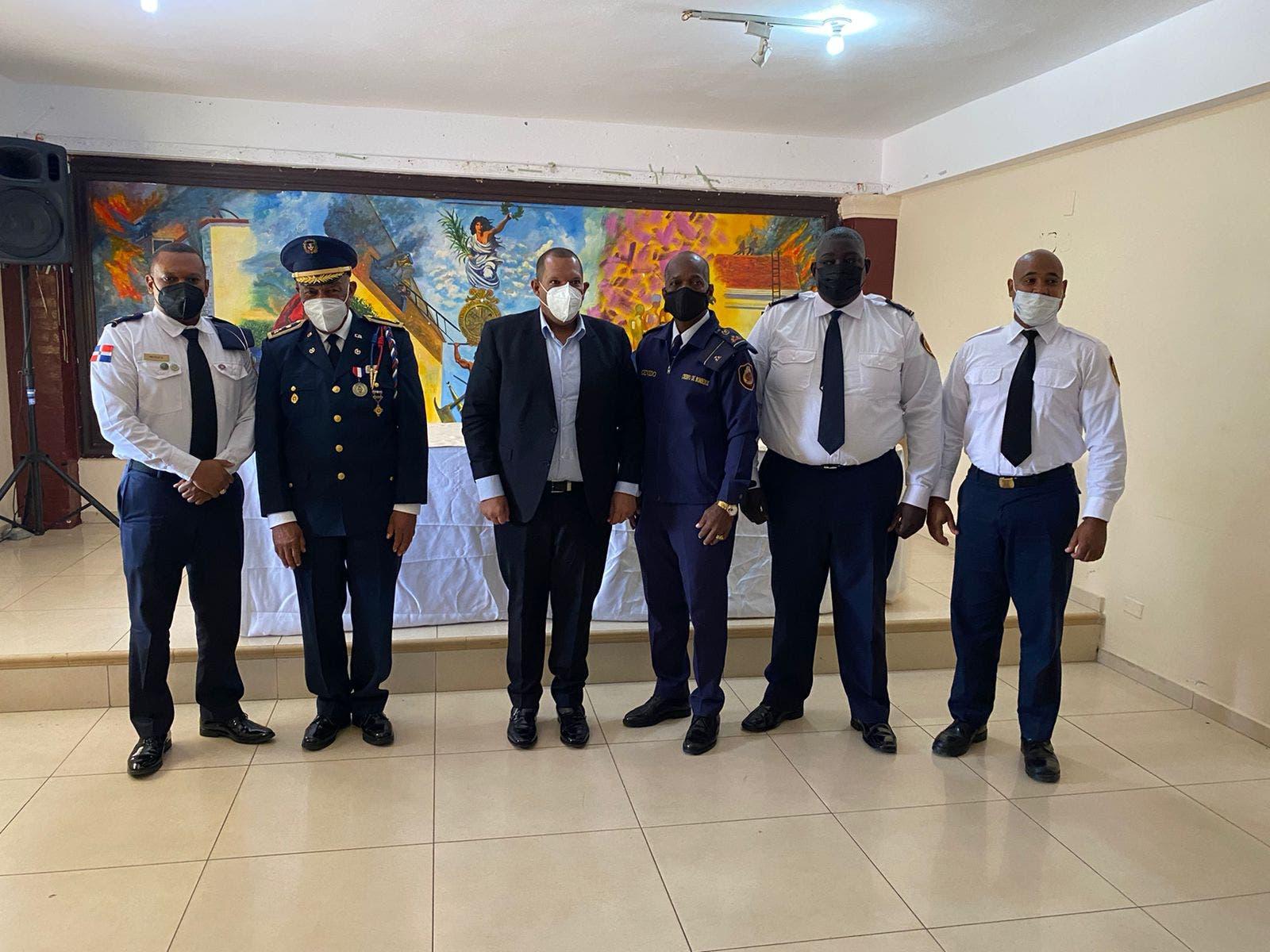 Alcalde Carlos Guzmán anuncia medidas para reestructurar Cuerpo Bomberos SDN