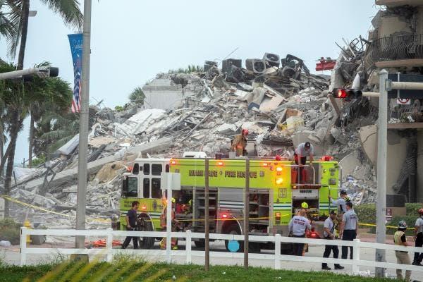 Hay 51 desaparecidos tras el derrumbe de un edificio en Miami Beach, según canal de TV