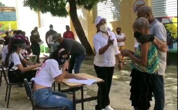 Diputada de Ultramar Lily Florentino motiva a la gente a vacunarse