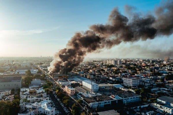 Gran humareda en la ciudad capital por incendio en colchonería