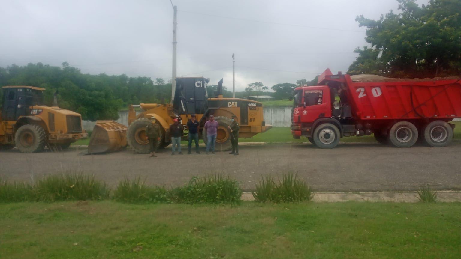 Incautan tres camiones y detienen tres personas por extraer materiales de mina clausurada en Santiago