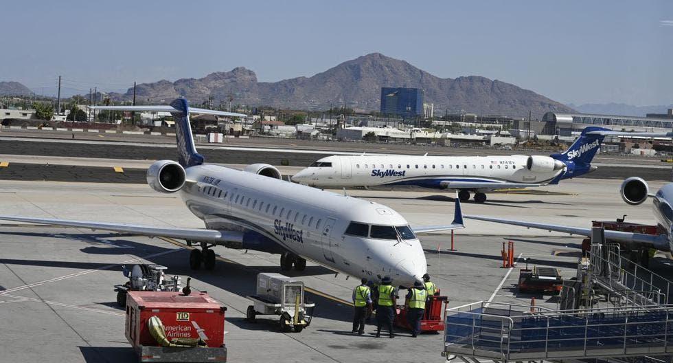 Hombre salta de un avión en la pista del aeropuerto de Los Ángeles