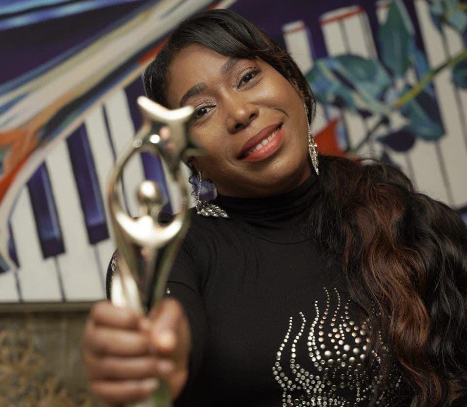 Isabelle Valdez gana estatuilla en Premios Soberano