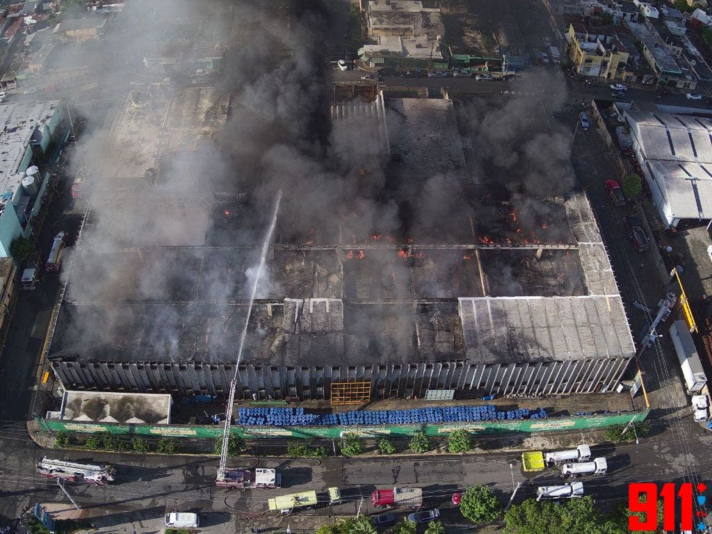 Se incendia fábrica de colchones La Reina en el Ensanche La Fe