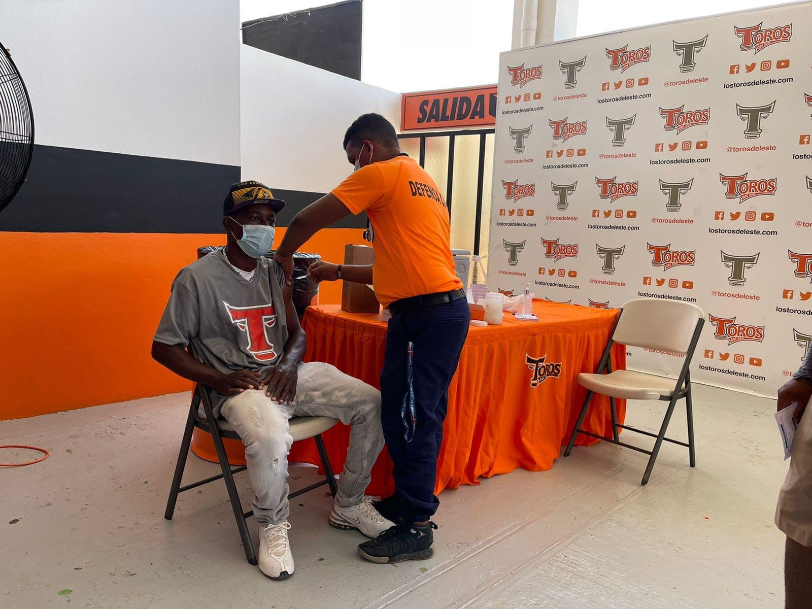 Vacunación en estadio de los Toros un éxito en primer día
