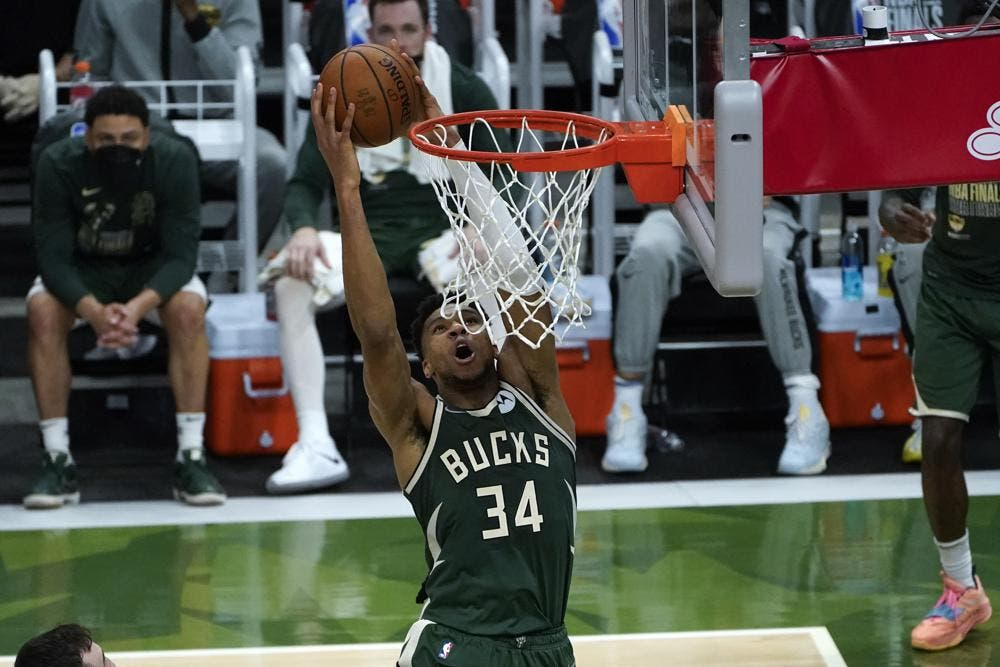 Giannis anota 41 y los Bucks acortan distancias ante los Suns en las Finales de la NBA