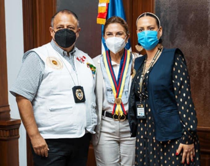 Comisión  entrega medalla a alcaldesa Carolina Mejìa