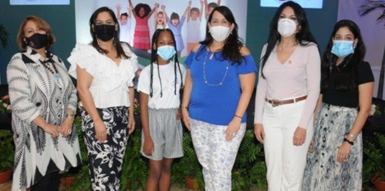 Entidad realiza desfile  de moda infantil en feria