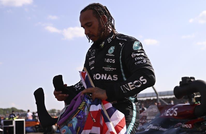 Hamilton triunfa polémica carrera en Gran Bretaña