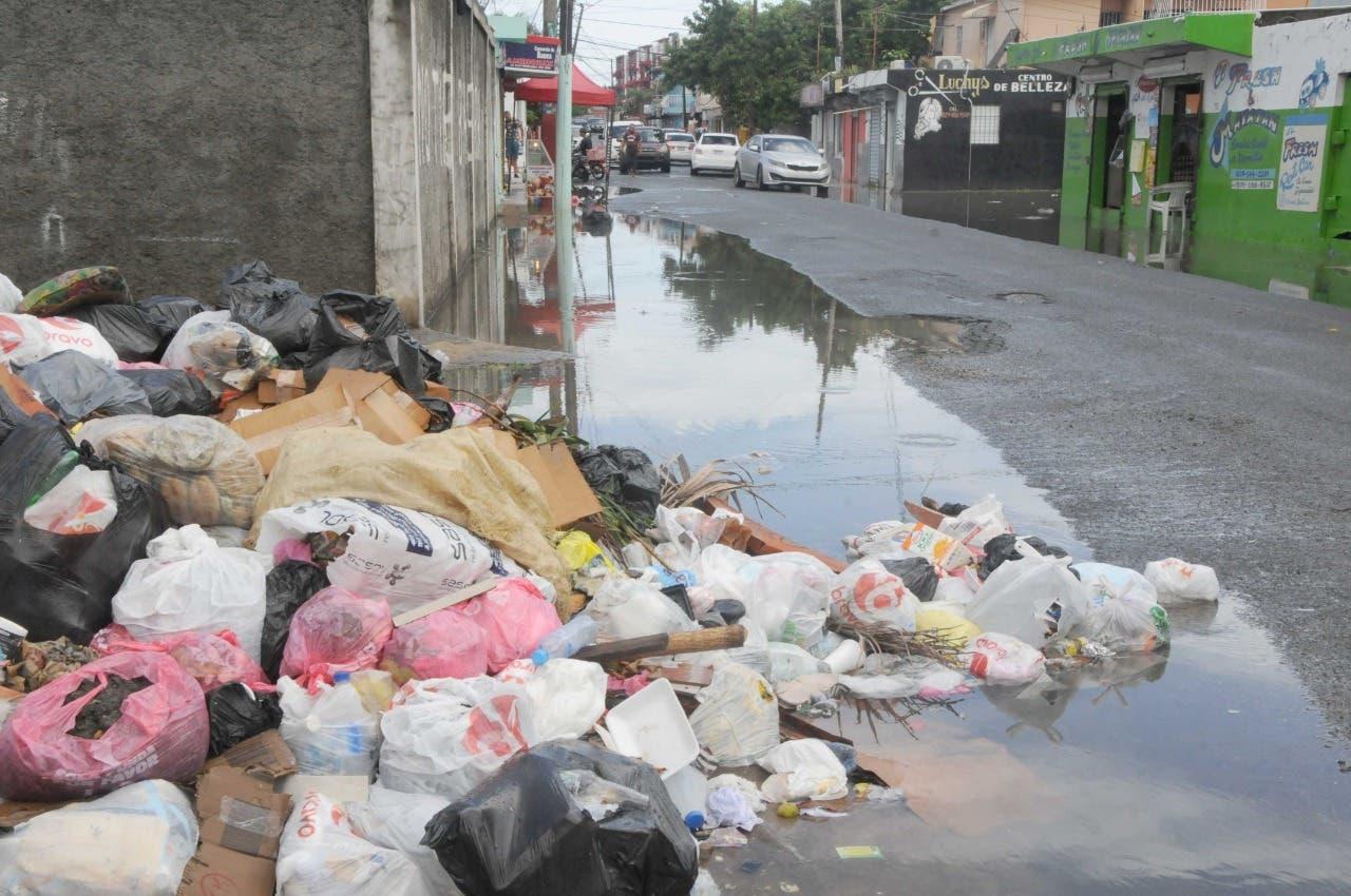 Moradores de SDE se quejan por basura y charcos de agua en sus calles