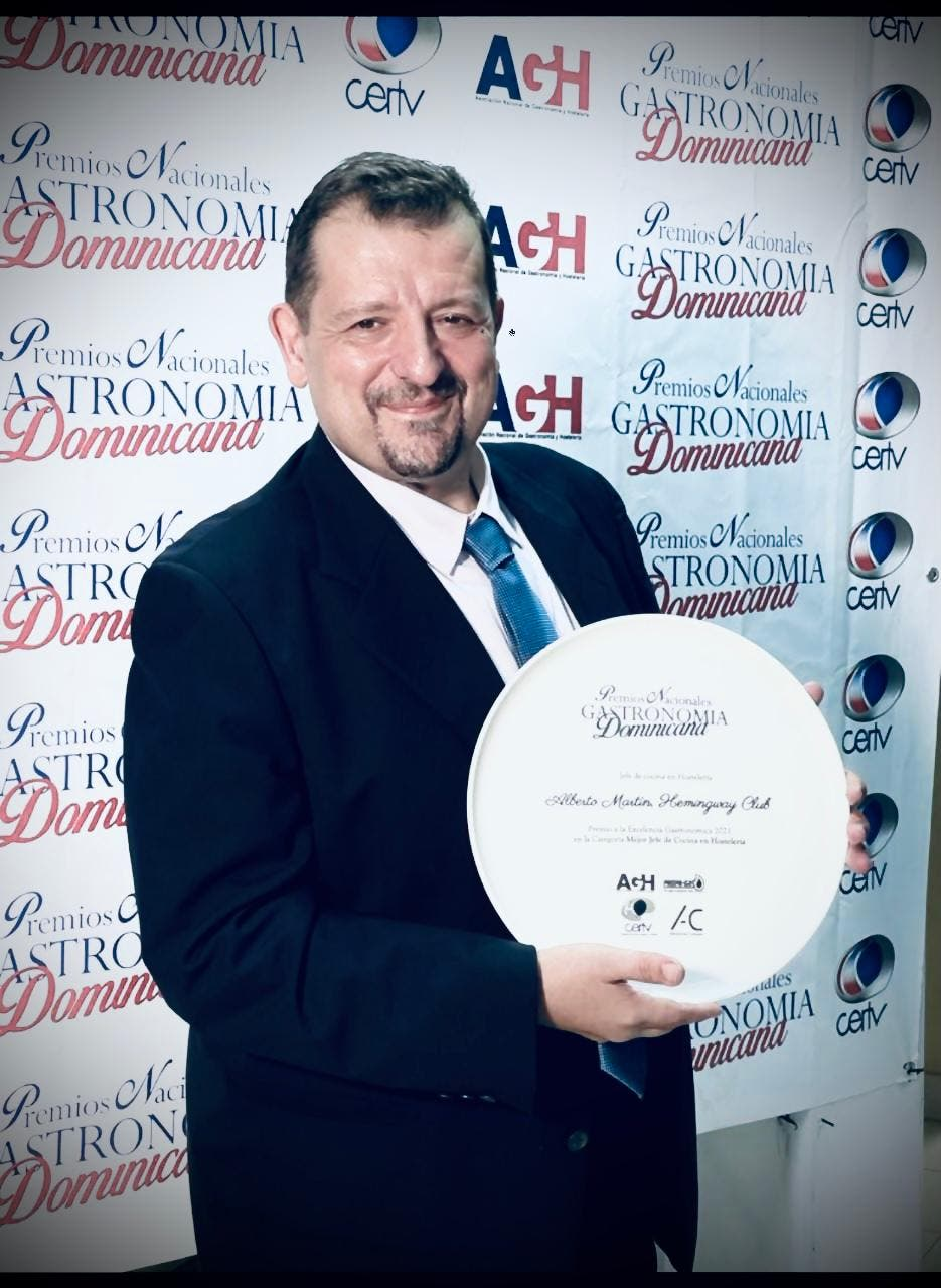 Chef Alberto Martin gana premio como mejor jefe de cocina