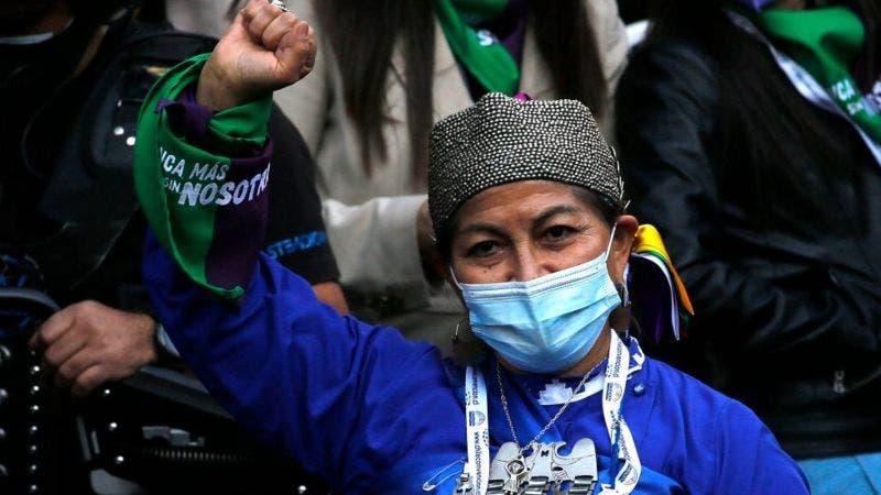 Quién es Elisa Loncón, la profesora mapuche elegida presidenta de la Convención Constituyente de Chile