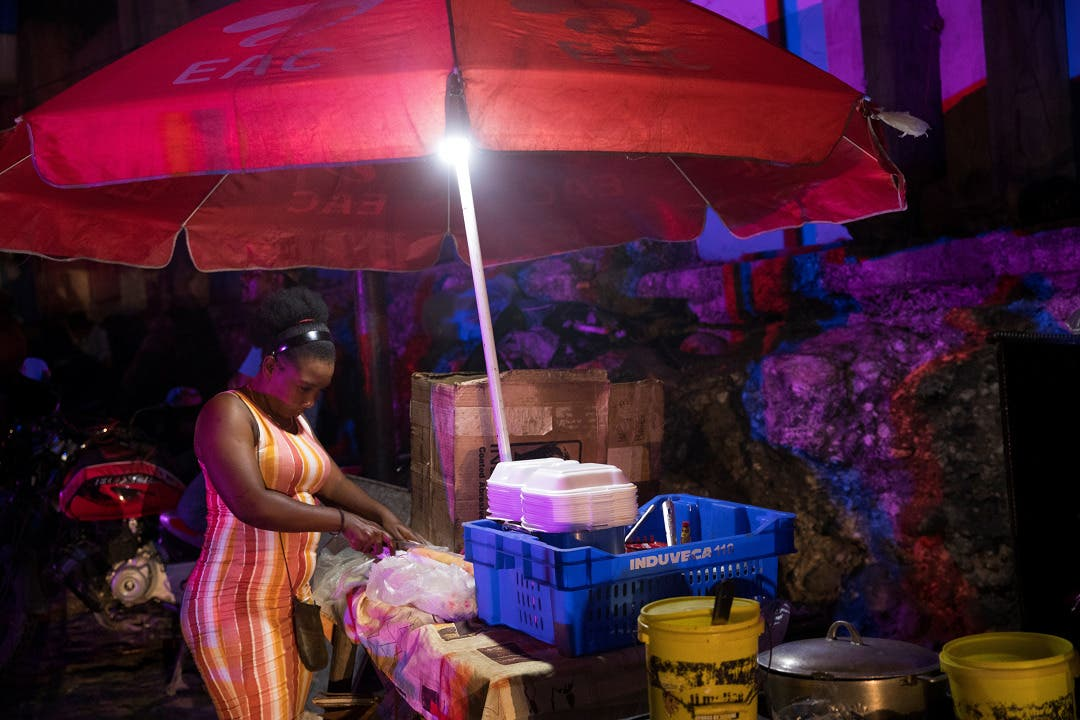 La vida continúa de noche en los mercados de Puerto Príncipe pese a la crisis