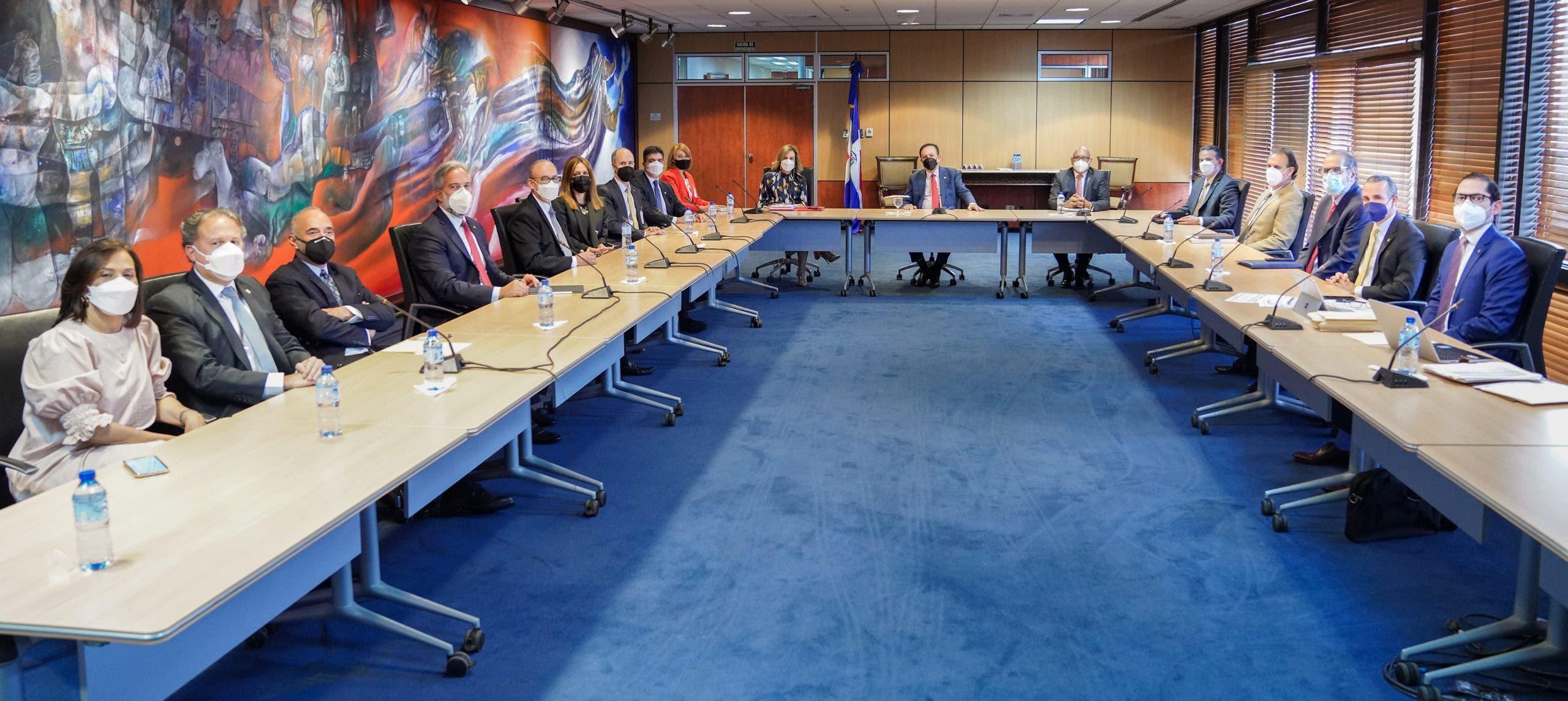Valdez Albizu se reúne con Asociación de Bancos Múltiples
