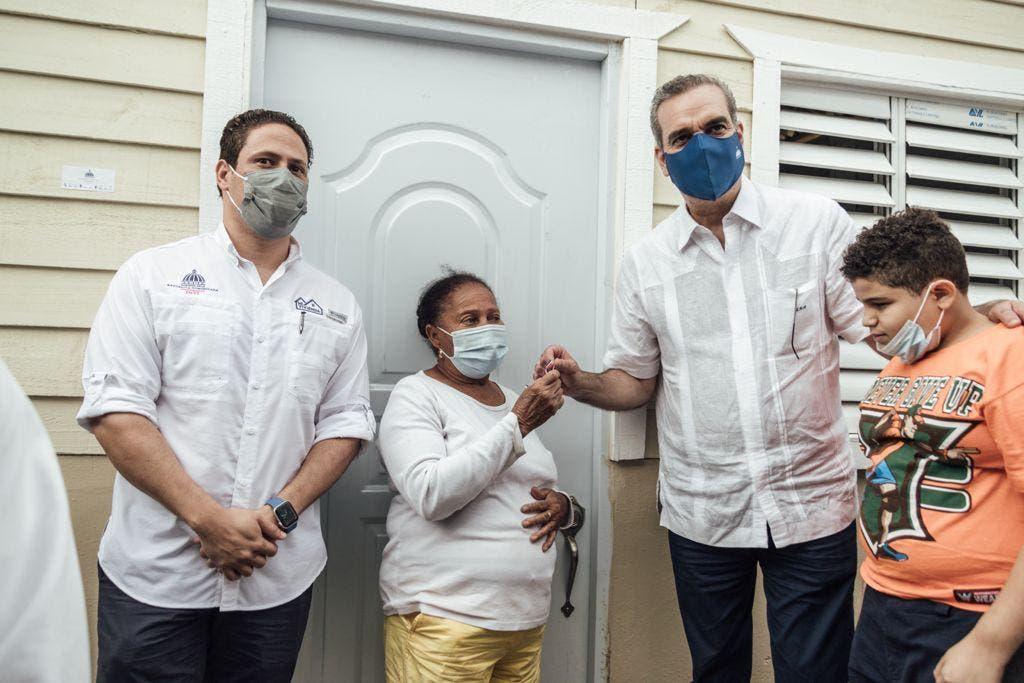 Gobierno entrega 16 viviendas a familias en situación de riesgo en Constanza