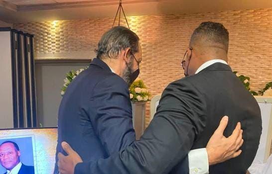 Juan Luis Guerra acude a  velatorio de Jhonny Ventura